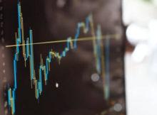Unit-e es una divisa digital (criptomoneda) que está siendo creada por investigadores y profesores del MIT, la Universidad de Stanford y de Berkeley. Detrás de ellos se encuentra la institución DTR (Distribuited Technology Research, por sus siglas en inglés). El proyecto ha sido respaldado por Pantera Capital.