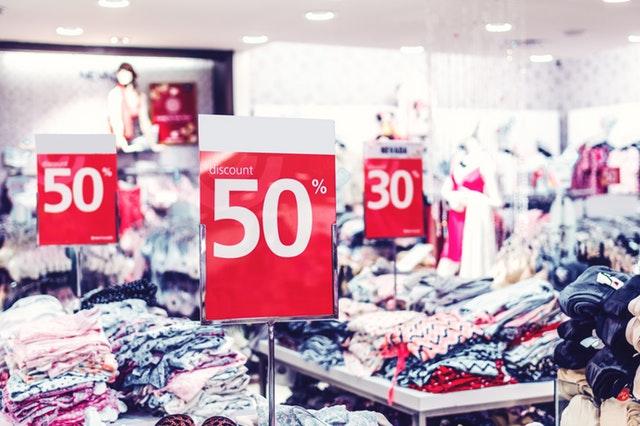El visual merchandising es una herramienta de marketing estratégico que involucra la generación de un entorno atractivo, sensorial y emocional, con el fin de incentivar la compra en el usuario utilizando todo el espacio físico disponible.